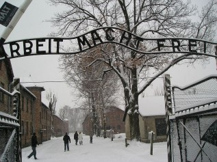 Entrance_to_Auschwitz_Auschwitz-Birkenau
